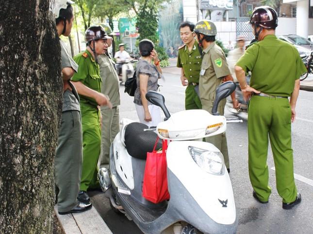 Lực lượng chức năng có mặt tại hiện trường xử lý vụ việc