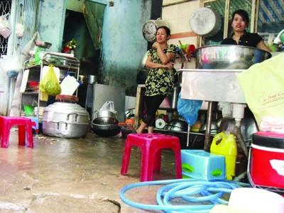 Nơi chế biến thức ăn cung cấp sẵn cực bẩn tại cơ sở Minh Tâm, P.14, Q.3 Ảnh: Q.C