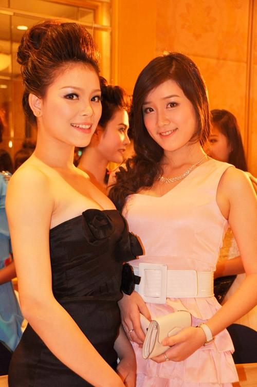 Nhiều bạn chụp ảnh với Xuân Mai, (trong ảnh là Miss Cuxi Ngô Phương Linh)