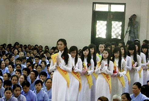 Siêu mẫu Thanh Hằng với chiều cao 1m75 không bao giờ bị nhầm lẫn cho dù đứng trong đám đông nào