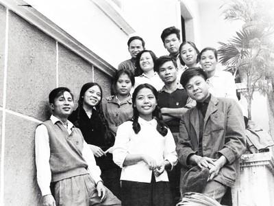Nhà văn Lê Minh Khuê (áo trắng, đứng giữa) với các đồng nghiệp ở tòa soạn Tiền Phong. Ảnh: Mai Nam