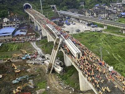 Hiện trường vụ tai nạn tàu cao tốc hôm 23-7. Một số toa tàu bị văng khỏi cầu cạn Ảnh: AP
