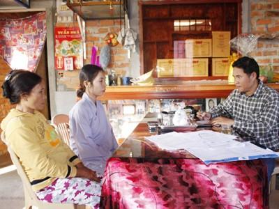 PV Tiền Phong tiếp xúc với hai mẹ con bà Nguyệt tại nhà Ảnh: Nguyễn Thành