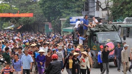 Trưa ngày 19/10, quan tài của sản phụ xấu số được đưa trên xe tải qua thị trấn Vạn Hà huyện Thiệu Hóa khiến hàng nghìn người dân tò mò