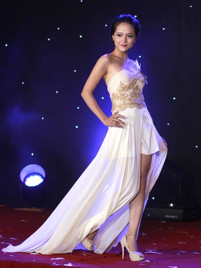 Ngắm dàn nữ sinh đẹp nhất Hà Nội diện váy xẻ tà gợi cảm ảnh 3