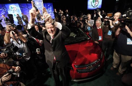 Tom Stephens, phó chủ tịch General Motors, nâng cao giải thưởng Xe của năm tại triển lãm ô tô Bắc Mỹ 2011 cho mẫu Chevrolet Volt