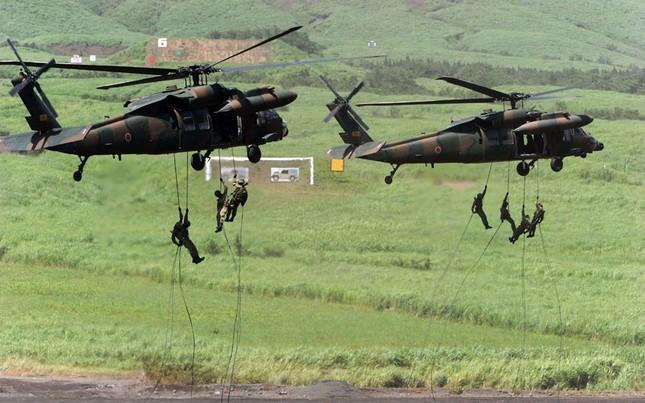Binh lính leo dây lên trực thăng chiến đấu