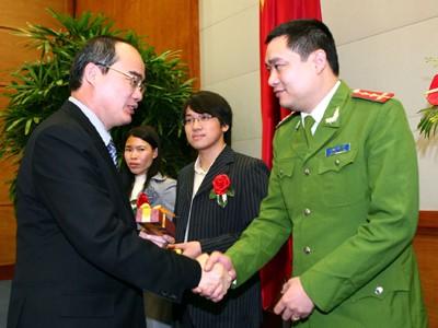 Phó Thủ tướng Nguyễn Thiện Nhân (trái) chúc mừng các Gương mặt trẻ Ảnh: Phan Tiền