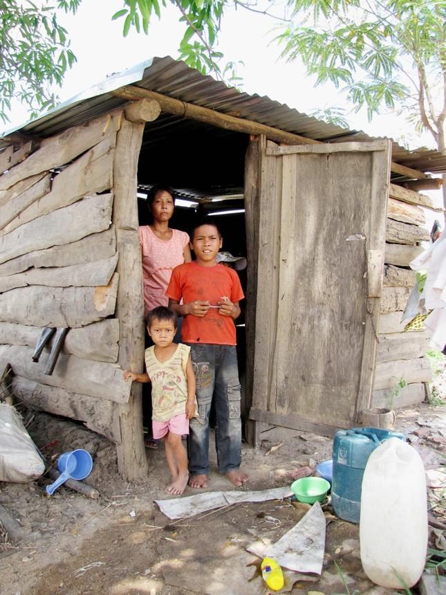 Cháu Ksor Yin, Ksor Kel sống với người cô ruột rất nghèo khó