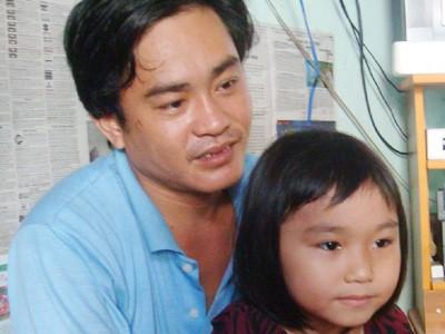 Bé Trần Thị Kim Cương và bố Trần Quang Huy đang kể lại sự việc liên quan đến bảo mẫu Phụng