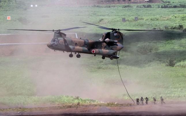 Binh lính Nhật Bản chuẩn bị leo lên trực thăng Chinook