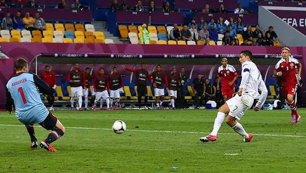Ronaldo bỏ lỡ hai cơ hội đối mặt thủ môn Đan Mạch khiến Bồ Đào Nha suýt trả giá. Ảnh: Getty Images