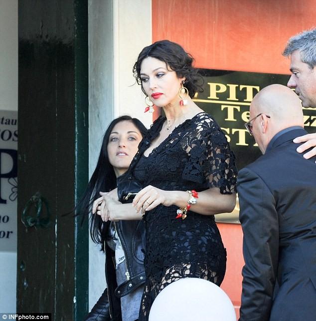 Monica Bellucci làm vơ-đét trong quảng cáo của D&G ảnh 11
