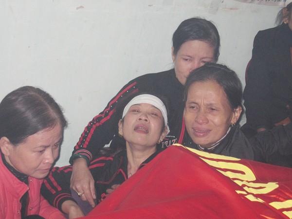 Bà Lê Thị Lĩnh khóc ngất bên quan tài con trai Nguyễn Văn Hùng