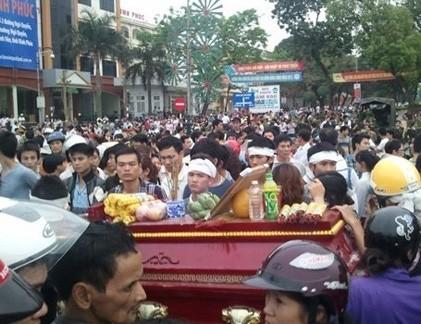 Nhiều người dân đã tụ tập trên các tuyến phố ở Vĩnh Phúc ngày 17/3