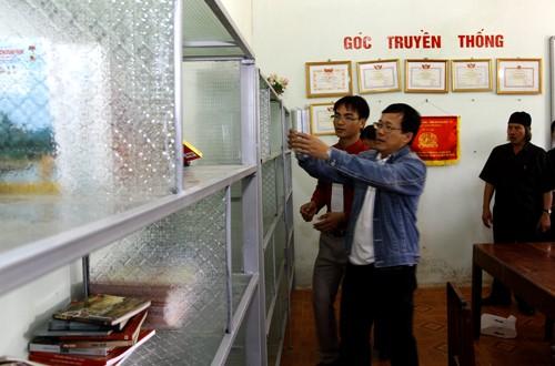 Nhân viên báo Tiền Phong cũng đã góp thêm nhiều đầu sách