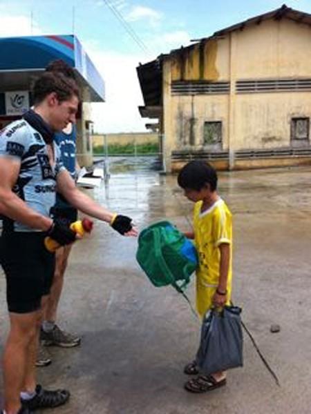 Trên đường đến trường, một đứa bé ở Bảo Lộc bất ngờ và tỏ ra khá lúng túng khi nhận được một món quà từ những người khách lạ