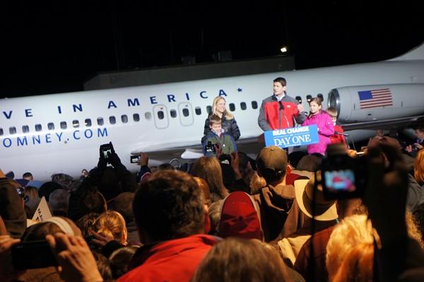 Ông Ryan cùng vợ và các con giữa gần 2.000 cử tri đang phấn khích. Ảnh: Trí Đường