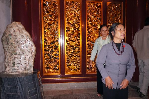 Cận cảnh hòn đá lạ tại đền Hùng ảnh 3