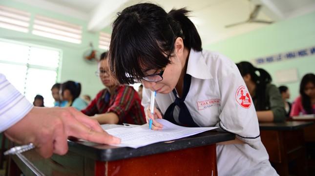 Vân ký tên vào danh sách thí sinh tham dự thi tại hội đồng thi Trường THPT Nguyễn Trãi, Q.4, TP.HCM của Trường ĐH Luật TP.HCM