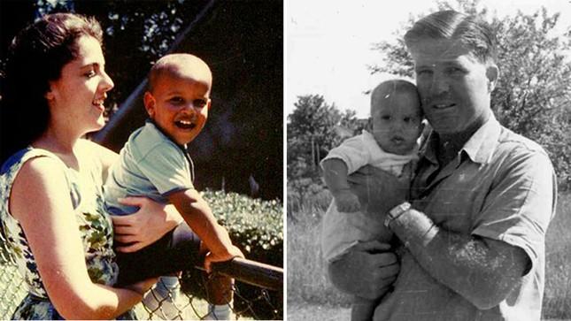 Cậu bé Barack Obama hồn nhiên đùa nghịch trong vòng tay của mẹ, bà Ann Dunham (ảnh trai) tại Hawaii. Còn cậu bé Mitt Romney (phải) bụ bẫm đang được cha George Romney bế trên tay