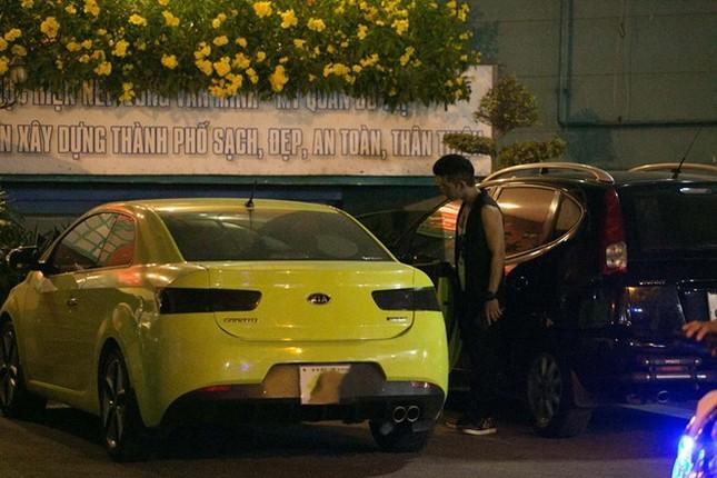 Tuy không công khai mối quan hệ yêu đương của mình, nhưng cả hai thường xuất hiện bên nhau tại nhiều sự kiện. Bài viết: http://news.zing.vn/Truong-Nhi-dien-tat-rach-xuong-pho-cung-ban-trai-post380249.html#category_featured.noibat Nguồn Zing News