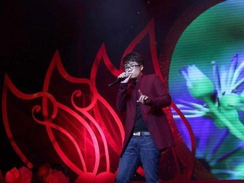 Đinh Mạnh Ninh đang là tâm điểm của dư luận sau bài trả lời phỏng vấn chê bai thẳng thừng thần tượng âm nhạc Việt Nam 2012 Yasuy