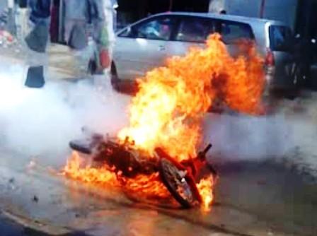 Chiếc xe máy bốc cháy dữ dội ngay trước cây xăng. Ảnh: Dân Trí