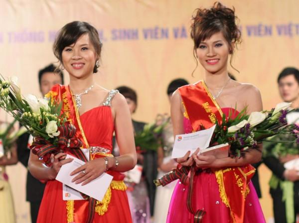 Hai nữ thí sinh đạt giải Nhì: Thiên Trang - ĐH Dược(trái ảnh) và Như Trang - CĐ Sư phạm HN (phải ảnh)