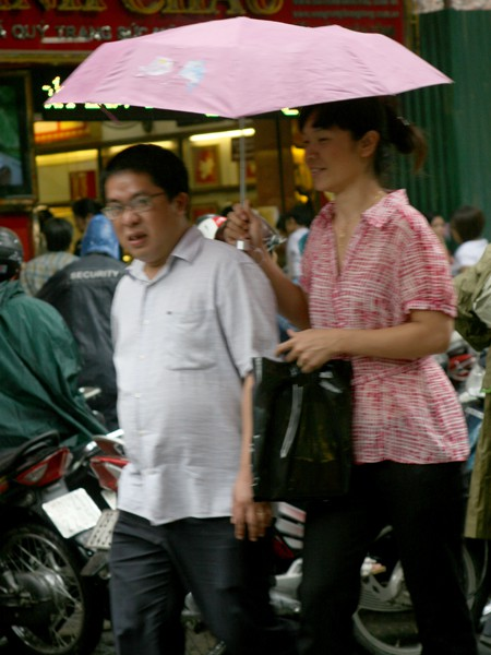 Nhiều người đội mưa đi mua vàng ảnh 3