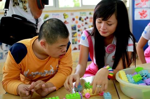 Võ Thị Việt Huê dành nhiều thời gian chơi xếp hình với các em nhỏ
