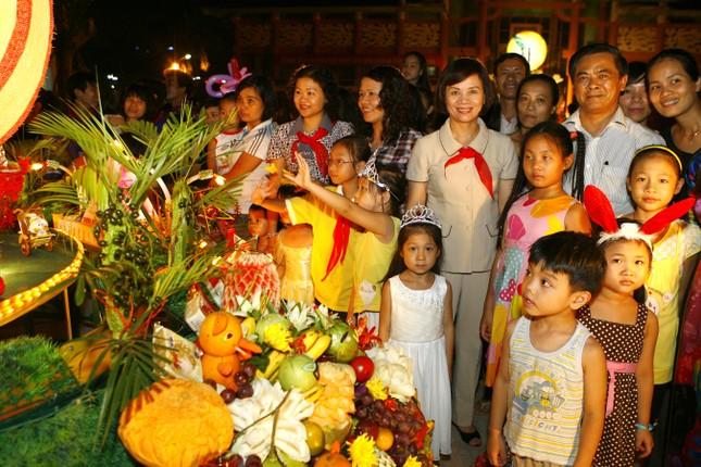 Các đồng chí lãnh đạo tặng quà và tham gia phá cỗ với các em thiếu nhi
