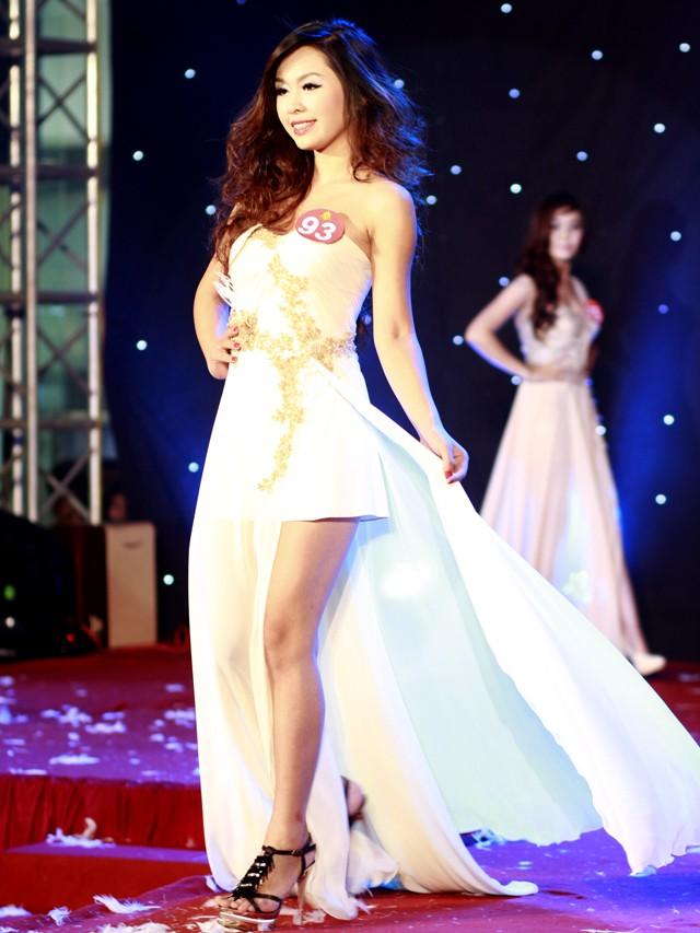 Ngắm dàn nữ sinh đẹp nhất Hà Nội diện váy xẻ tà gợi cảm ảnh 1