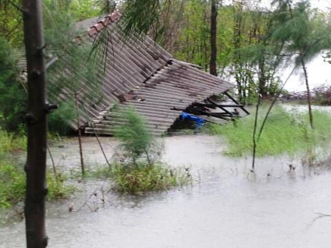 Điểm nuôi trồng thủy sản ven phá bị gió bão xô sập.