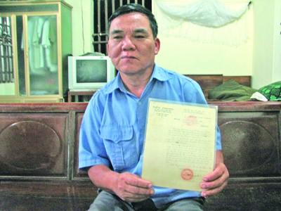 Anh hùng Lao động Hà Văn Dân và kỷ vật gắn với Tiền Phong. Ảnh: Hoàng Lam