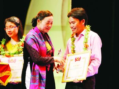 Bà Hà Thị Khiết trao giải thưởng Gương mặt trẻ tiêu biểu 2010 cho anh Hoàng Văn Ninh