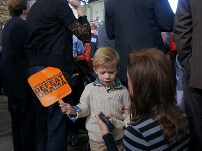 Cậu bé này bật khóc khi mẹ cứ bắt phải hò reo ủng hộ ông Romney