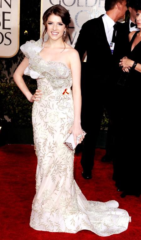 Nữ diễn viên Anna Kendrick xinh đẹp, nữ tính và vô cùng sang trọng với chiếc đầm dài chấm đất, ôm sát cơ thể của nhãn hiệu thời trang Marchesa