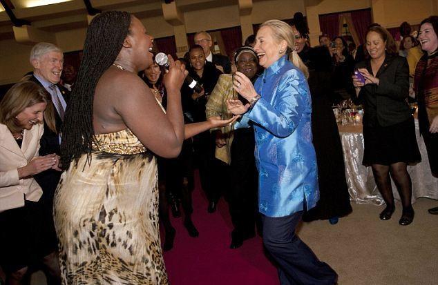 Ngoại trưởng Mỹ Hillary Clinton tưng bừng nhảy theo tiếng nhạc jazz tại bữa tiệc tối tại Nam Phi