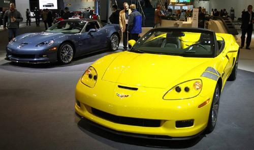 Chevrolet Corvette (màu vàng) và Corvette ZR1 2011 tại