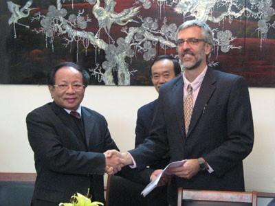 Ông Nguyễn Hữu Dũng và ông Mark Powell (bên phải) tại buổi ký bản ghi nhớ