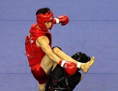 Phan Văn Hậu (giáp đen) trong trận bán kết wushu 56kg với Chang Ho Hyun. Ảnh: Getty Images