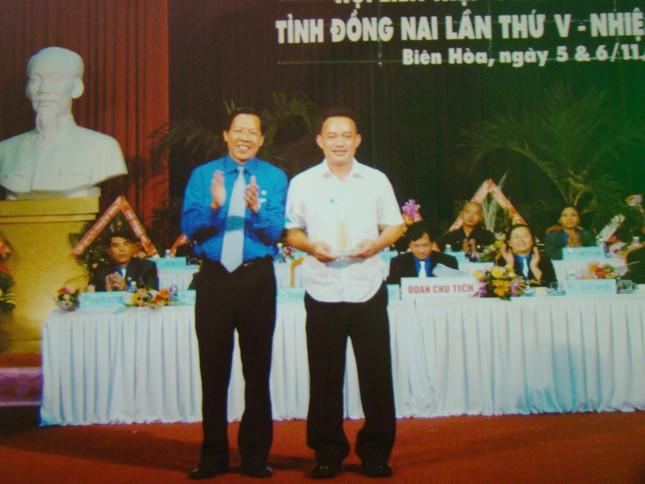 Bảo Ngọc (phải) nhận Giải thưởng 15-10 của T.Ư Hội LHTN Việt Nam