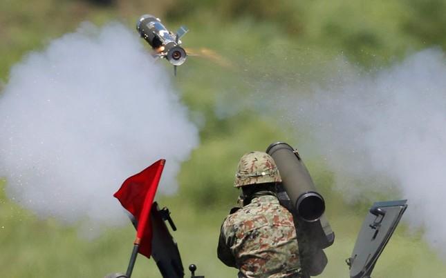 Binh lính của lực lượng phòng vệ Nhật Bản đang ngắm bắn