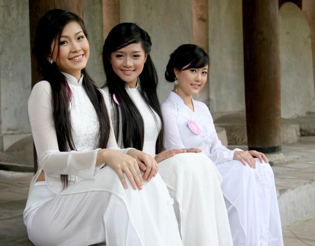 Khôi nguyên trong áo dài trắng
