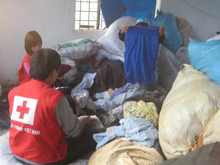 Hội Chữ thập đỏ Nghệ An phân loại quần áo cứu trợ để chuyển về các vùng chịu thiên tai
