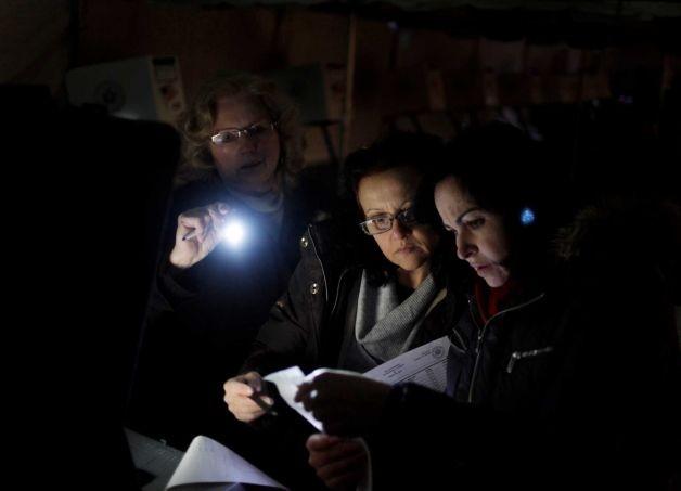 Sử dụng đèn pin để thu thập kết quả thăm dò trước bầu cử