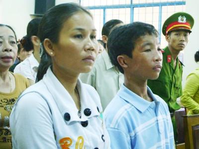 Bé Nguyễn Hào Anh (trái)