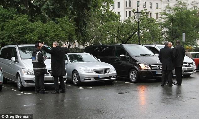 Chiếc xe Mercedes màu bạc của bà Clinton đỗ gần một giờ đồng hồ nhưng không nộp phí