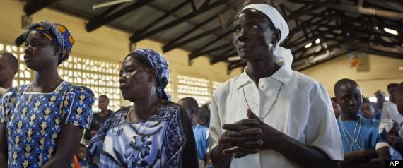Các thành viên của giáo đoàn cầu nguyện cho ông Obama đắc cử tại Giáo hội Công giáo St. Richard ở Kogelo, tây Kenya vào hôm chủ nhật, 4-11